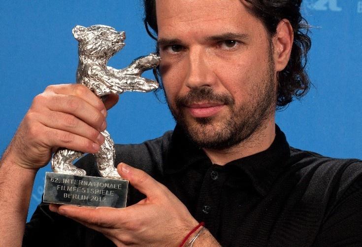Fliegauf Bence magyar rendező  fogja a zsűri nagydíját, az Ezüst Medvét a 62. Berlini Nemzetközi Filmfesztivál, a Berlinale díjkiosztóján. Filegauf a Csak a szél című alkotásával érdemelte ki az elismerést. - Fotó: MTI/EPA/Tim Brakemeier