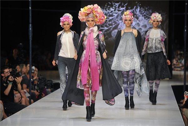 Modellek Pusztai Judit tervező ruháit mutatják be a Gombold újra! Közép-Európa divattervezői pályázat döntőjében a Millenárison 2013. június 22-én. - MTI fotó: Bruzák Noémi